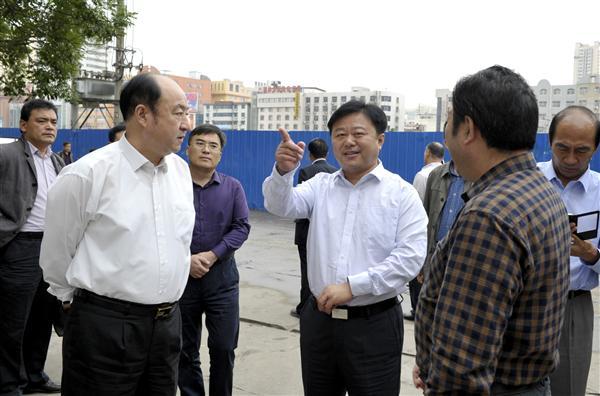 陈星深入火车站片区及中心城区市政道路项目现场办公