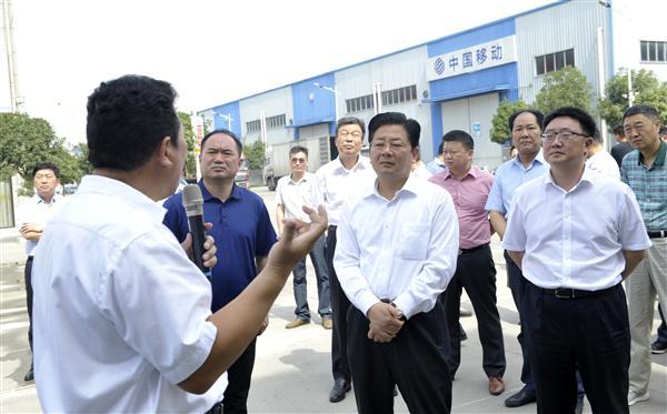 朱是西在企业服务日深入开发区企业现场办公