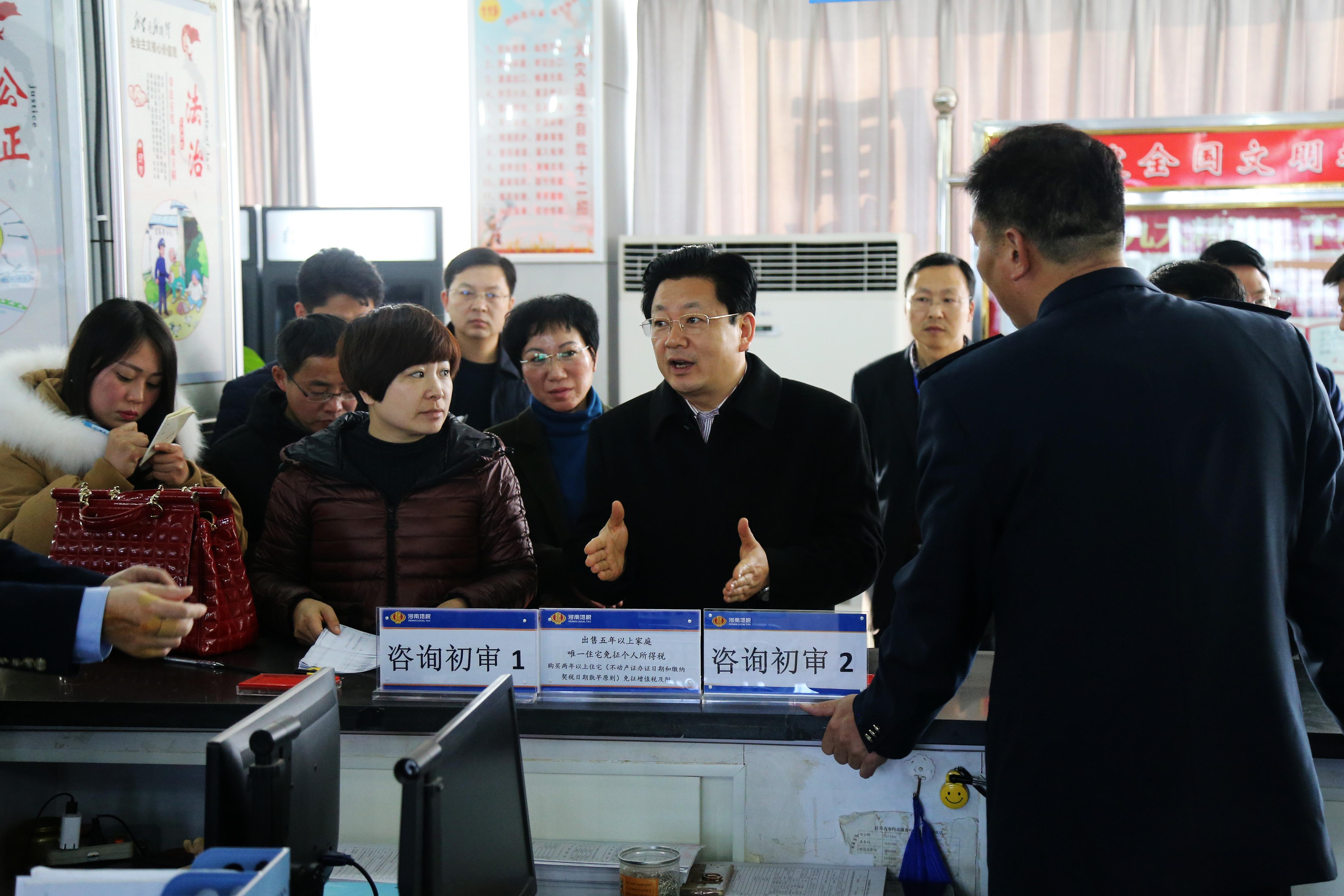 朱是西深入市行政服务中心调研