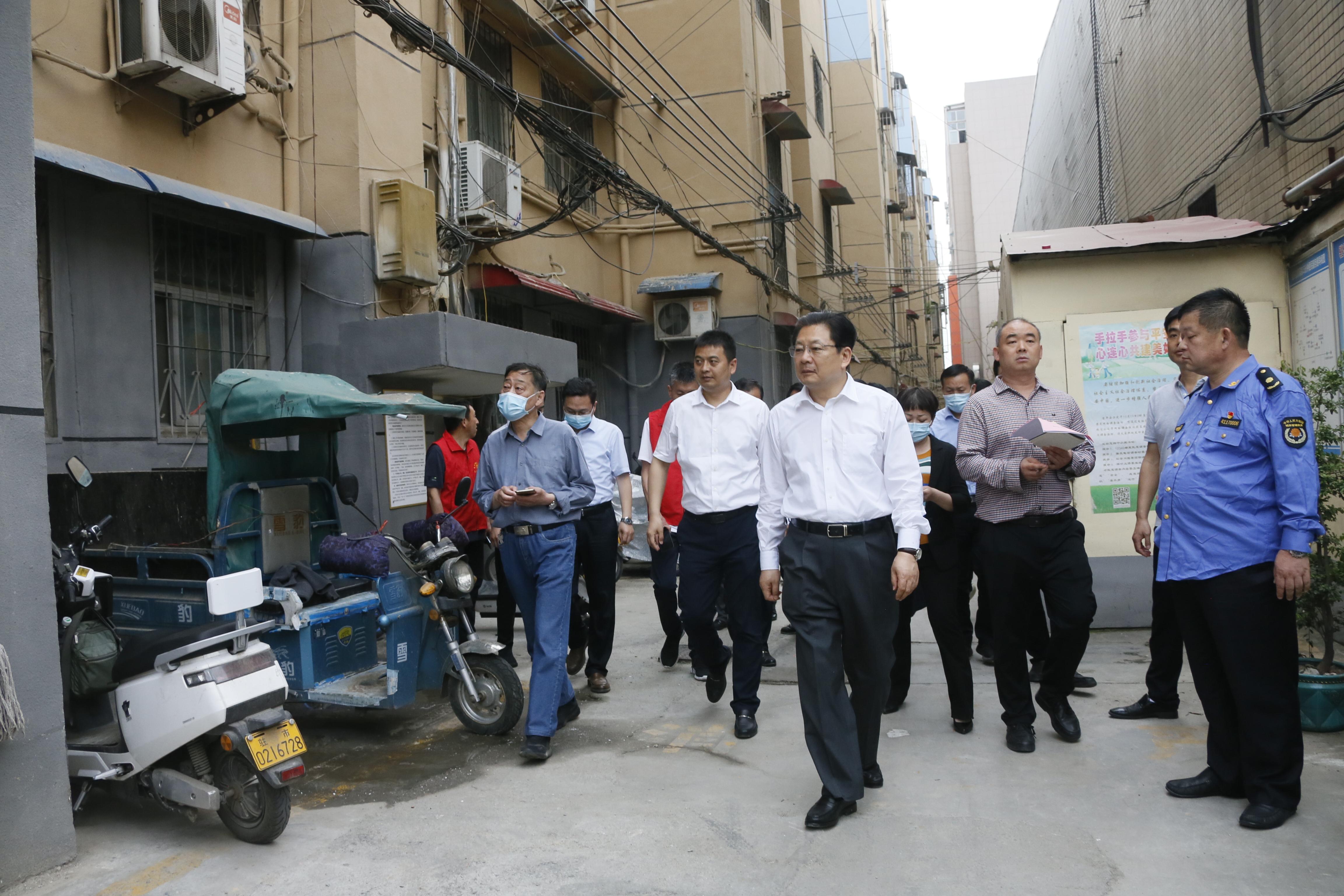 市委副书记、市长朱是西深入市中心城区实地调研...